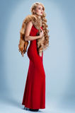 Κορίτσι με μακρυμάλλη σε ένα κόκκινο φόρεμα Στοκ εικόνα με δικαίωμα ελεύθερης χρήσης