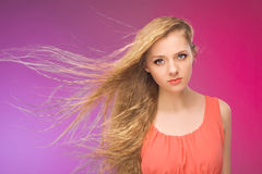 Κορίτσι με μακρυμάλλη στο υπόβαθρο ουράνιων τόξων Αέρας στο τρίχωμά σας Ξανθός Στοκ Εικόνες