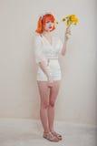 Κορίτσι με μια ανθοδέσμη των πικραλίδων στοκ φωτογραφία με δικαίωμα ελεύθερης χρήσης
