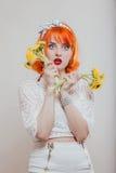 Κορίτσι με μια ανθοδέσμη των πικραλίδων στοκ φωτογραφίες