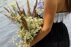 Κορίτσι με μια ανθοδέσμη των wildflowers Στοκ φωτογραφία με δικαίωμα ελεύθερης χρήσης