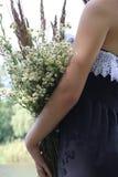 Κορίτσι με μια ανθοδέσμη των wildflowers Στοκ εικόνες με δικαίωμα ελεύθερης χρήσης