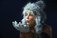 Κορίτσι με μια γούνα ΚΑΠ Στοκ φωτογραφίες με δικαίωμα ελεύθερης χρήσης
