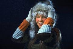 Κορίτσι με μια γούνα ΚΑΠ Στοκ Εικόνες