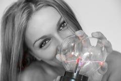 Κορίτσι με μια ηλεκτρική καρδιά Στοκ φωτογραφία με δικαίωμα ελεύθερης χρήσης