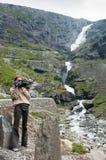 Κορίτσι με μια κάμερα στο οδικά trolls κατώτατο σημείο επάνω στην άποψη στοκ φωτογραφία