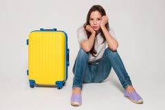 Κορίτσι με μια κίτρινη βαλίτσα Στοκ Εικόνες