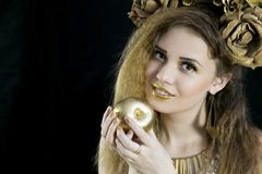 Κορίτσι με μια κορώνα στην επικεφαλής και χρυσή Apple του Στοκ Φωτογραφίες