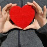 Κορίτσι με μια κόκκινη καρδιά Στοκ εικόνα με δικαίωμα ελεύθερης χρήσης