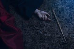 Κορίτσι με μια μαγική ράβδο που βρίσκεται στο έδαφος Στοκ φωτογραφία με δικαίωμα ελεύθερης χρήσης