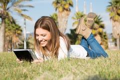 Κορίτσι με μια ταμπλέτα Στοκ Εικόνα