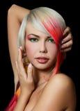 Κορίτσι με μια φωτεινή σύνθεση και πολύχρωμο σκέλος στο τρίχωμα στοκ φωτογραφία