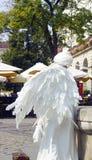 Κορίτσι με μορφή ενός αγγέλου στην πόλη Άσπρο ζωντανό άγαλμα αγγέλου Στοκ φωτογραφίες με δικαίωμα ελεύθερης χρήσης