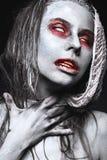 Κορίτσι με μορφή zombies, πτώμα αποκριών με το αίμα στα χείλια του Εικόνα για μια ταινία φρίκης Στοκ Εικόνα