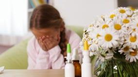 Κορίτσι με μύτη και το φτέρνισμα αλλεργίας τη φυσώντας απόθεμα βίντεο