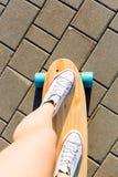Κορίτσι με ξύλινο skateboard longboard Στοκ φωτογραφία με δικαίωμα ελεύθερης χρήσης