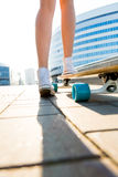 Κορίτσι με ξύλινο skateboard longboard Στοκ Εικόνα