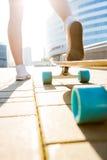 Κορίτσι με ξύλινο skateboard longboard Στοκ Φωτογραφίες