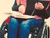 Κορίτσι με παρουσιασμένος και βιβλίο στοκ εικόνα με δικαίωμα ελεύθερης χρήσης