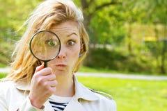 Κορίτσι με πιό magnifier Στοκ φωτογραφία με δικαίωμα ελεύθερης χρήσης