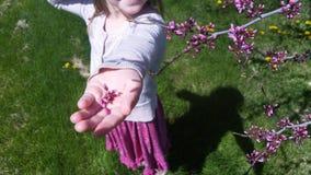 Κορίτσι με τα άνθη στοκ φωτογραφία με δικαίωμα ελεύθερης χρήσης