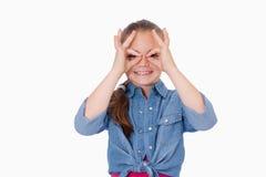 Κορίτσι με τα δάχτυλά της γύρω από τα μάτια της Στοκ εικόνα με δικαίωμα ελεύθερης χρήσης
