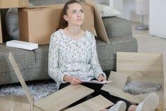 Κορίτσι με τα έπιπλα συγκέντρωσης δυσκολίας Στοκ Εικόνες