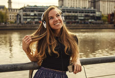 Κορίτσι με τα ακουστικά στην πόλη Στοκ Εικόνα