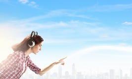 Κορίτσι με τα ακουστικά Στοκ φωτογραφίες με δικαίωμα ελεύθερης χρήσης