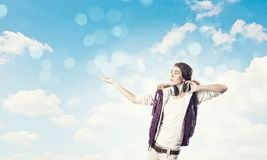 Κορίτσι με τα ακουστικά Στοκ Εικόνες