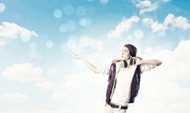 Κορίτσι με τα ακουστικά Στοκ εικόνα με δικαίωμα ελεύθερης χρήσης