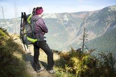 Κορίτσι με τα βλέμματα έξω πέρα από τα βουνά, τσεχικά βουνά Krkonose Στοκ εικόνα με δικαίωμα ελεύθερης χρήσης