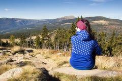 Κορίτσι με τα βλέμματα έξω πέρα από τα βουνά, τσεχικά βουνά Krkonose Στοκ Φωτογραφία