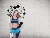 Κορίτσι με τα εικονίδια χαλιών και αθλητισμού γιόγκας Στοκ φωτογραφία με δικαίωμα ελεύθερης χρήσης