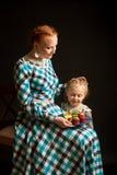 Κορίτσι με τα κέικ Στοκ φωτογραφία με δικαίωμα ελεύθερης χρήσης