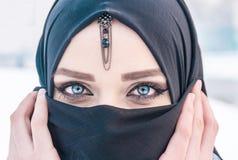 Κορίτσι με τα καταπληκτικά μπλε μάτια Στοκ φωτογραφίες με δικαίωμα ελεύθερης χρήσης