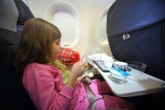 Κορίτσι με τα κενά κιβώτια των τροφίμων Στοκ εικόνα με δικαίωμα ελεύθερης χρήσης