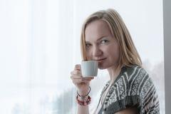 Κορίτσι με τα κοντά ξανθά μαλλιά Στοκ Φωτογραφίες