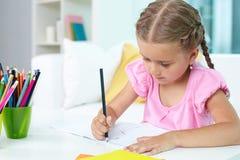 Κορίτσι με τα κραγιόνια Στοκ εικόνες με δικαίωμα ελεύθερης χρήσης