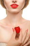 Κορίτσι με τα κόκκινες χείλια και τις φράουλες σε ένα άσπρο υπόβαθρο Στοκ Εικόνες