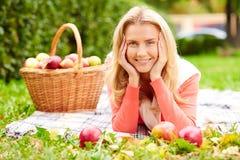 Κορίτσι με τα μήλα Στοκ Εικόνα