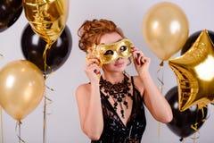 Κορίτσι με τα μπαλόνια στο στούντιο στοκ φωτογραφία