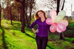 Κορίτσι με τα μπαλόνια. Στοκ Φωτογραφία