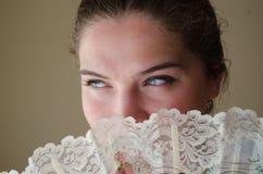 Κορίτσι με τα μπλε μάτια behinde ο ανεμιστήρας Στοκ φωτογραφίες με δικαίωμα ελεύθερης χρήσης