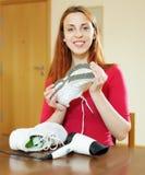 Κορίτσι με τα νέα τρέχοντας παπούτσια Στοκ Εικόνα