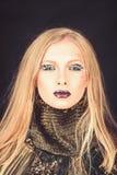 Κορίτσι με τα ξανθά μαλλιά πλεξίδων Κομμωτής και σαλόνι ομορφιάς Προκλητική γυναίκα με την ξανθή τρίχα που απομονώνεται στο Μαύρο στοκ φωτογραφίες με δικαίωμα ελεύθερης χρήσης