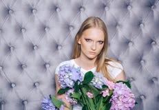 Κορίτσι με τα ξανθά μαλλιά, makeup hortensia λαβής προσώπου στοκ φωτογραφία με δικαίωμα ελεύθερης χρήσης