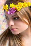 Κορίτσι με τα λουλούδια στο κεφάλι Στοκ εικόνες με δικαίωμα ελεύθερης χρήσης