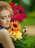 Κορίτσι με τα λουλούδια Στοκ εικόνα με δικαίωμα ελεύθερης χρήσης