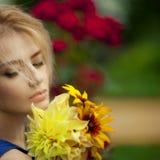 Κορίτσι με τα λουλούδια Στοκ φωτογραφία με δικαίωμα ελεύθερης χρήσης